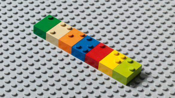 Wypustki na duńskich klockach tworzą litery w alfabecie Braille'a.