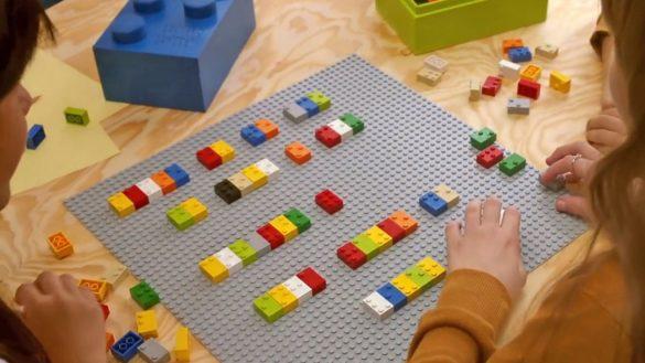 Na każdym klocku będą znajdowały się wypustki używane w alfabecie Braille'a oraz duże, drukowane litery dla dzieci niedowidzących.